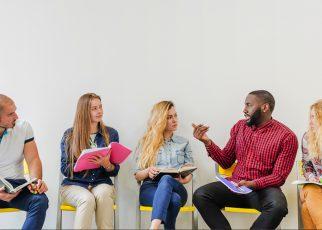 Tips Berkomunikasi Lebih Baik Bagi Penderita Gangguan Pendengaran