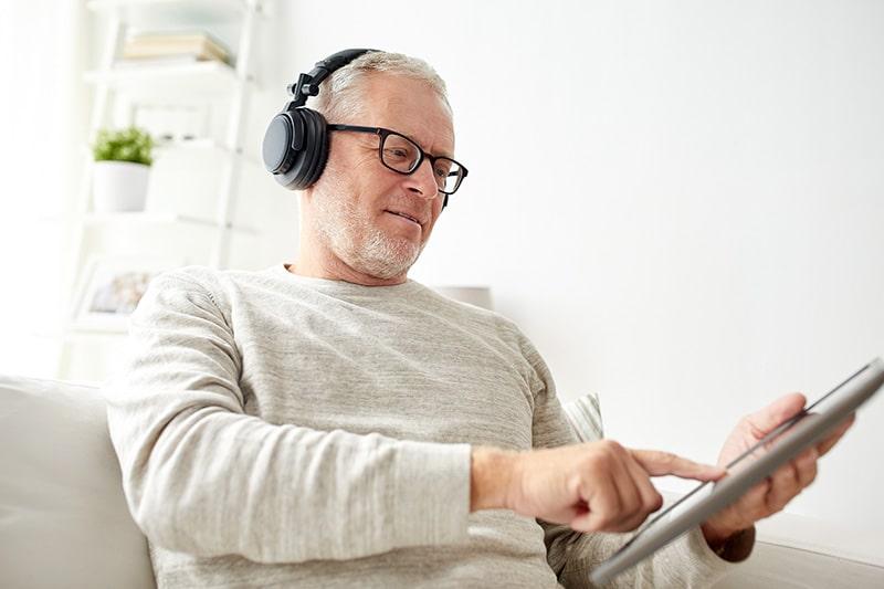 Mengatasi Telinga Berdenging dengan Musik dan Alat Bantu Dengar
