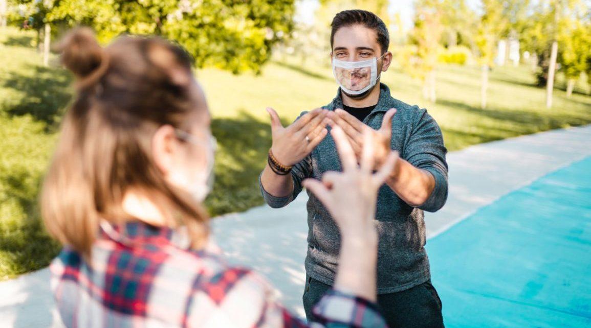 Kesulitan Mendengar Saat Menggunakan Masker? Simak Tips Berikut!